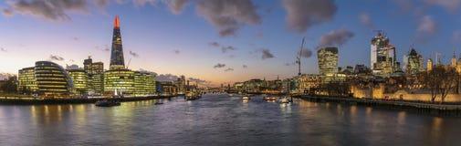 Iluminujący linia horyzontu Londyn podczas zima zmierzchu, UK zdjęcia stock