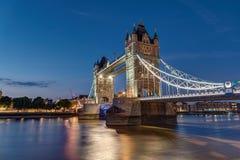 Iluminujący wierza most w Londyn Zdjęcia Stock