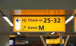 Iluminujący znak z bramy odprawy i liczby biurkami Obraz Royalty Free