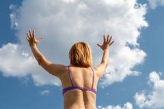 Ilusão de como uma jovem mulher guarda uma nuvem Foto de Stock