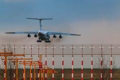 Ilushin Il-76 TD departement av från den ryska federationen nöd- lägen Arkivfoto