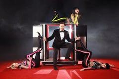 Ilusionista adulto que realiza trucos en una etapa Foto de archivo