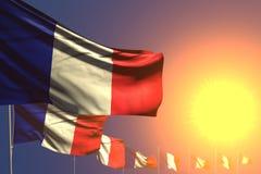 Ilustração bonito da bandeira 3d do Dia do Trabalhador - muitas bandeiras de França no por do sol colocaram diagonal com foco sel ilustração stock
