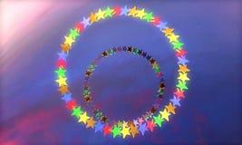 Ilustração 3D abstrata do para render criado em consequência das estrelas geométricas coloridas sob a forma das formas diferentes ilustração do vetor