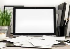 ilustração 3D do molde moderno do portátil, zombaria desarrumado do espaço de trabalho acima, fundo Imagens de Stock