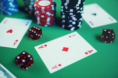 ilustração 3D que joga microplaquetas, cartões e dinheiro para o jogo do casino na tabela verde Conceito real ou em linha do casi Imagem de Stock