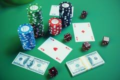 ilustração 3D que joga microplaquetas, cartões e dinheiro para o jogo do casino na tabela verde Conceito real ou em linha do casi Fotografia de Stock Royalty Free