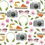 Ilustração da forma da aquarela Grupo de acessórios na moda: fones de ouvido, câmera da foto, óculos de sol, alpergatas e flores  Imagem de Stock Royalty Free