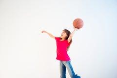 Ilustração da menina que joga o basquetebol Foto de Stock