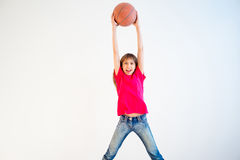 Ilustração da menina que joga o basquetebol Fotos de Stock Royalty Free