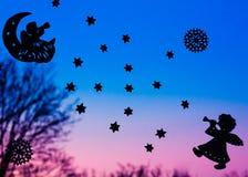 Ilustração de dois anjos com o chifre na noite Imagem de Stock Royalty Free