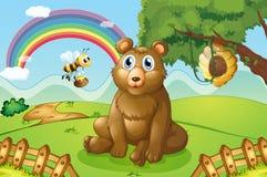 Um urso e uma abelha perto de uma colmeia Imagens de Stock