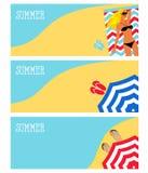 Ilustração de uma menina na praia, mar, parasol ilustração stock
