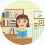 Menina que lê um livro perto da biblioteca Imagem de Stock