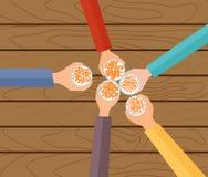 Ilustração do conceito do vetor Cinco mãos que guardam as cervejas que fazem um brinde Fotografia de Stock Royalty Free
