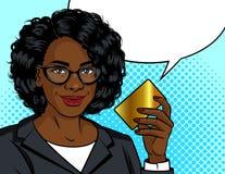 Ilustração do estilo do pop art do vetor da cor Mulher de negócio afro-americano que guarda um cartão do ouro em sua mão Senhora  ilustração stock