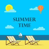 Ilustração do fundo das horas de verão no estilo liso do projeto Praia, mar e nuvens Imagens de Stock Royalty Free