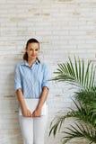 Ilustração do JPG + do vetor Mulher de sorriso que guarda o laptop freelance Imagem de Stock
