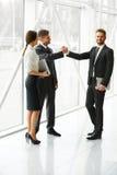Ilustração do JPG + do vetor Sócio comercial bem sucedido que agita as mãos no th Foto de Stock Royalty Free