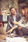 Ilustração do JPG + do vetor Pessoa de dois negócios que trabalha junto Foto de Stock