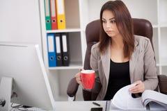 Ilustração do JPG + do vetor Retrato da mulher no escritório Imagens de Stock