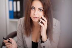 Ilustração do JPG + do vetor Retrato da mulher no escritório Fotos de Stock Royalty Free