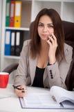Ilustração do JPG + do vetor Retrato da mulher no escritório Confiden bonito Fotos de Stock Royalty Free