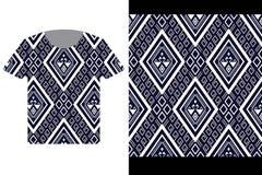 Ilustração do molde do projeto do t-shirt com o teste padrão étnico geométrico tradicional ilustração royalty free