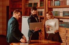 Ilustração do portátil Os executivos desenvolvem o projeto novo usando o portátil Estudantes universitário que surfam o Internet  imagem de stock royalty free