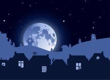 Ilustração do vetor Silhuetas das casas no fundo de desvanecimento da paisagem com as silhuetas do gato em aberturas da janela e  ilustração stock