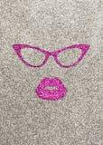 Ilustração dos bordos e de vidros cor-de-rosa no fundo glittery de prata fotos de stock royalty free