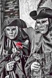 Ilustração dos desenhos animados da máscara vestindo e do traje dos pares de prata com a rosa vermelha durante o carnaval de Vene ilustração do vetor