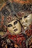 Ilustração dos desenhos animados dos pares românticos que vestem a máscara bonita durante o carnaval de Veneza em Itália, na tamp ilustração do vetor