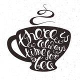 Ilustração imprimível tirada mão do vetor do copo do chá com expressão da rotulação - há sempre uma hora para o chá, fumo com gru Fotografia de Stock Royalty Free