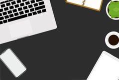 ilustração lisa do projeto do vetor do escritório e do espaço de trabalho Vista superior da mesa com portátil, dispositivos digit Imagens de Stock Royalty Free