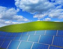 ilustração rendida 3d com campo de grama verde e pilha de painéis solares Imagem de Stock Royalty Free