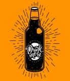 Ilustração retro do vetor com a garrafa da bebida com rotulação e sunburst Fotografia de Stock