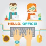 Ilustração sobre o escritório ou vida coworking com trabalhadores, mãos de datilografia e material Fotos de Stock Royalty Free