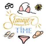Ilustração tirada mão do esboço no fundo branco, elementos do projeto roupa e acessórios do verão da mulher lettering ilustração royalty free