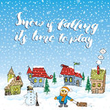 Ilustração tirada mão do vetor da estação do inverno com casas pequenas, boneco de neve e criança com um trenó O sinal escrito à  Foto de Stock Royalty Free