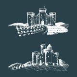 Ilustrações velhas dos castelos do vetor Entregue esboços tirados das paisagens com as torres antigas entre campos e montes rurai ilustração stock
