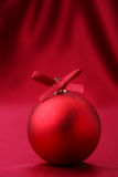 ilustración de la bola roja de Christmass en backgr rojo Fotografía de archivo libre de regalías