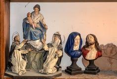 Ilustraciones de santos en una exposición en el estudio del artista stock de ilustración
