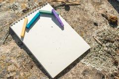 Ilustraciones del primer para el diseñador Una libreta en blanco para el pastel de dibujo en el cual la endecha los creyones en c Imagenes de archivo