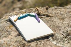 Ilustraciones del primer para el diseñador Una libreta en blanco para el pastel de dibujo en el cual la endecha los creyones en c Fotografía de archivo
