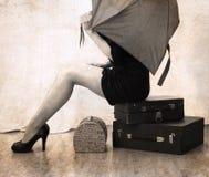 Ilustraciones en estilo del vintage, mujer que espera con equipaje Imagen de archivo libre de regalías