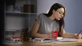 Ilustraciones femeninas del dibujo del artista en casa con el cepillo almacen de video