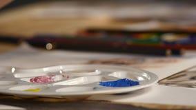 Ilustraciones femeninas del dibujo del artista en casa con el cepillo metrajes