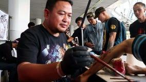 Ilustraciones tradicionales del tatuaje en el Fest 2018 del tatuaje del centro de MBK almacen de metraje de vídeo