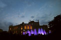 ilustracja 3 d miasta wieczorem Sylwetki ludzie przy fontanną Opera i teatr baletowy odie Ukraina zdjęcia stock